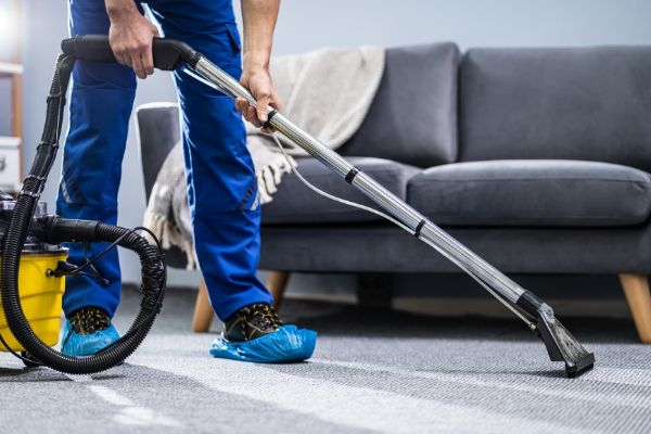 cleaning the rug with vacuum at home